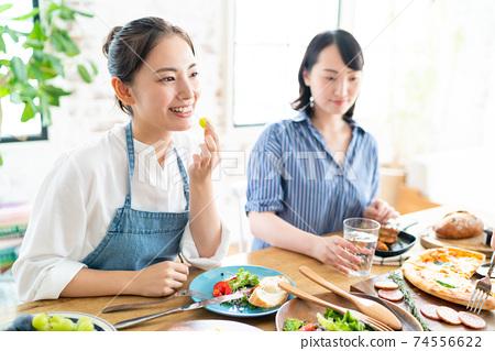 식사를 즐기는 귀여운 여자 74556622