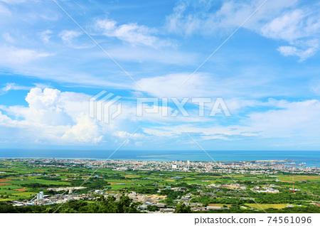 沖繩縣藍藍的天空中的石垣島 74561096