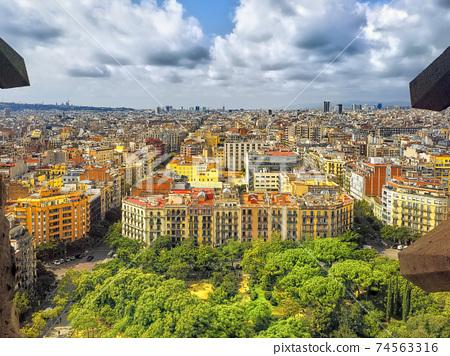 巴塞羅那看法從Sagrada Familia /SagradaFamília,巴塞羅那 74563316