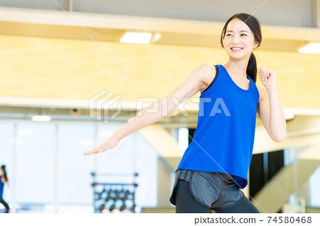 女子健身運動健身操 74580468