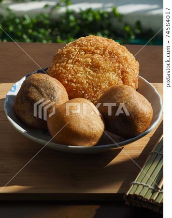 亞洲食品糯米甜甜圈和炸丸子 74584017