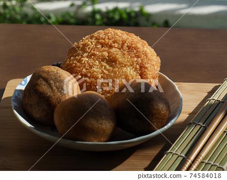 亞洲食品糯米甜甜圈和炸丸子 74584018