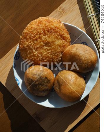 亞洲食品糯米甜甜圈和炸丸子 74584019