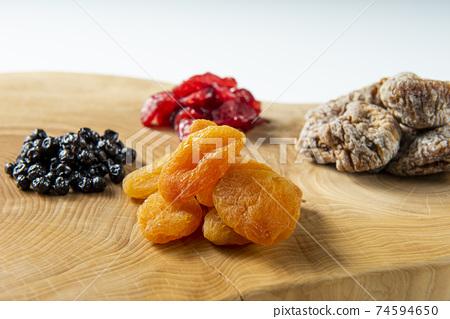 말린 과일 무화과 살구 나무 딸기 블루 베리 74594650