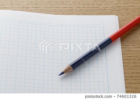 紅藍鉛筆和網格筆記本 74601326
