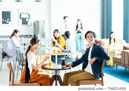 카페에서 휴식 젊은 남녀 74601489