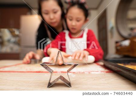 母親和女兒做餅乾 74603440