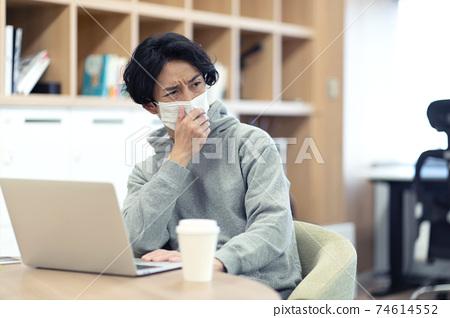 由於咳嗽而擔心周圍環境的男人 74614552