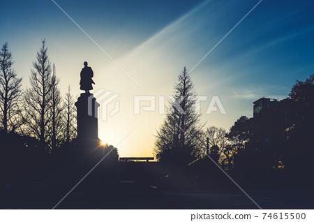 這張照片捕捉了靖國神社的美麗黃昏,靖國神社是東京都千代田區九段北的神社 74615500