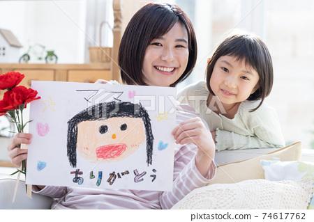 母親節收到康乃馨和康乃馨的母親和女孩的畫像 74617762