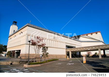 쿠라 시민 회관과 가을의 아침 푸른 하늘 오카야마 현 쿠라 시키시 74629453