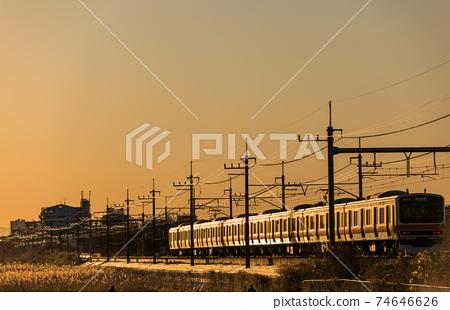 """夕陽下穿過Min沼稻田的"""" Sa玉縣""""武藏野線列車 74646626"""