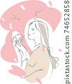 一個女人拿著照相機,抬頭看著櫻花 74652858