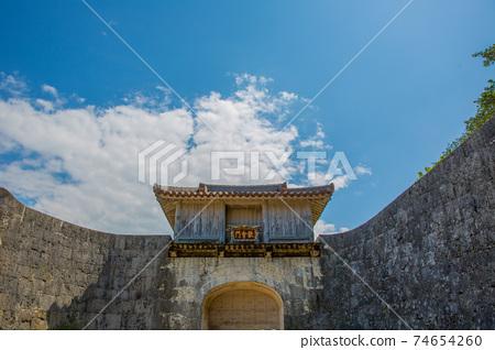 石頭牆包圍的門首里城 74654260
