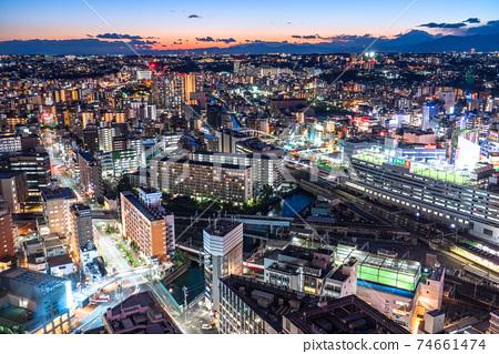《神奈川縣》橫濱站前廣場和居民區的夜景 74661474