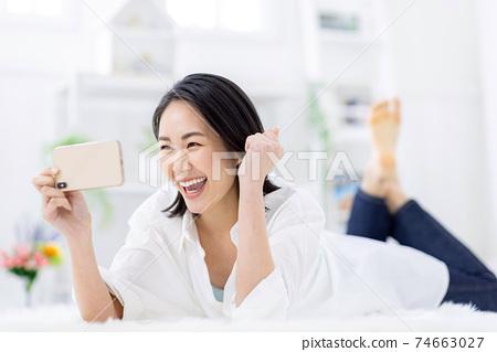 觀看女性智能手機視頻 74663027