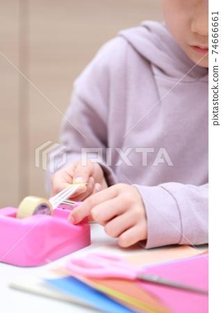 切割和在玻璃紙膠帶上工作的女孩 74666661