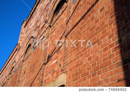 [중요 전통적 건조물 군 보존 지구】 쿠라 아이비 스퀘어 벽돌 벽과 가을의 푸른 하늘 1 오카야마 현 쿠라 시키시 74666902