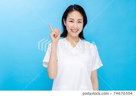 護士顏色回來的年輕女子 74670304