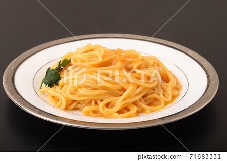 奶油醬意麵配散裝蟹肉和熟西紅柿 74683331