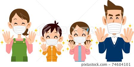 洗手並戴上口罩的微笑家庭的上半身 74684101