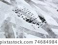 얼어 붙은 노면과 타이어의 흔적 74684984