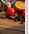 신선한 유기농 채소, 과일, 견과류  74685946