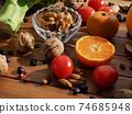 신선한 유기농 채소, 과일, 견과류  74685948