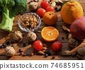 신선한 유기농 채소, 과일, 견과류  74685951