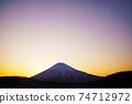 春天的羊蹄山染上了夕陽的色彩 74712972