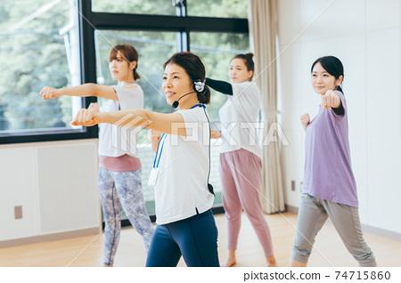 健身,舞蹈,拳擊手大小 74715860