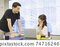 男女商務在桌子上聊天 74716246