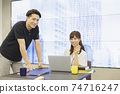 男女商務在桌子上聊天 74716247