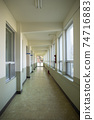 일정한 모양이 반복되는 창문과 문을 가진, 햇빛이 잘 들어오는 복도 74716883