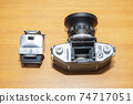 독일제 필름용 SLR 카메라 - 헤드가 분리되어 본체의 미러가 보인다. 74717051