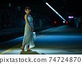 半身女人站在凱恩斯站 74724870