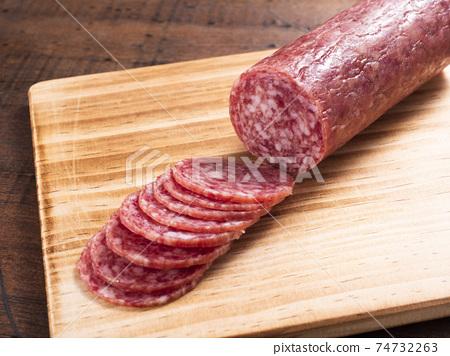 切片薩拉米香腸 74732263