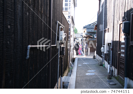 [중요 전통적 건조물 군 보존 지구】 쿠라 시키 미관 지구 · 흰 벽의 거리 골목과 신혼 오카야마 현 쿠라 시키시 74744151