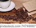 熱咖啡和咖啡豆 74746687