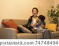 年輕的母親和她的11個月大兒子一起放鬆 74748494