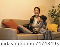 年輕的母親和她的11個月大兒子一起放鬆 74748495