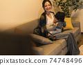 年輕的母親和她的11個月大兒子一起放鬆 74748496
