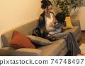 年輕的母親和她的11個月大兒子一起放鬆 74748497