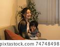 年輕的母親和她的11個月大兒子一起放鬆 74748498