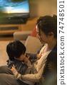 年輕的母親和她的11個月大兒子一起放鬆 74748501