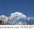 在寒冷的冬天Inagekaigan站上空的藍天和白雲 74762267
