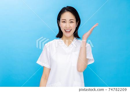 護士顏色回來的年輕女子 74782209