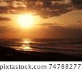 天空和海洋被太陽染成橙色 74788277