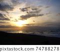 天空和海洋被陽光染成 74788278