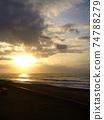 天空和海洋被陽光染成 74788279